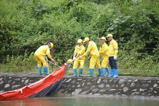 Cty nước Sông Đà lắp lưới lọc dầu sau 1 tuần xảy ra sự cố đổ trộm dầu thải - Ảnh 6.