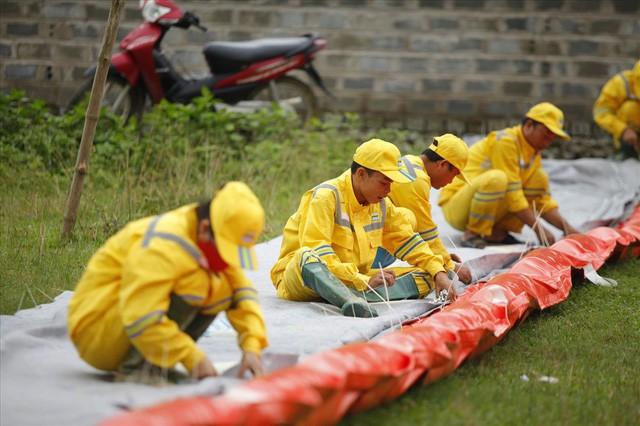 Cty nước Sông Đà lắp lưới lọc dầu sau 1 tuần xảy ra sự cố đổ trộm dầu thải - Ảnh 9.
