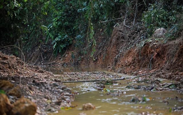 Cty nước Sông Đà lắp lưới lọc dầu sau 1 tuần xảy ra sự cố đổ trộm dầu thải - Ảnh 10.