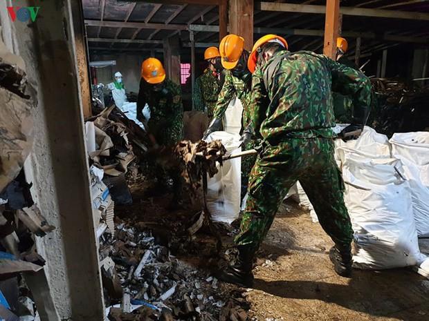 Thu gom trên 1.800 tấn tro xỉ, phế thải từ vụ cháy Công ty Rạng Đông - Ảnh 1.