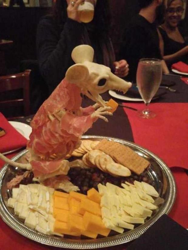 """Những pha trình bày món ăn như… muốn đuổi khách đi của các nhà hàng """"dị"""" nhất thế giới, cẩn thận xem xong """"nghẹn""""! - Ảnh 17."""