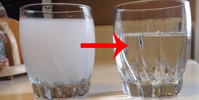 Từ vụ nước sạch ở Hà Nội nhiễm bẩn: Hãy nhìn những dấu hiệu này của nước để tự đánh giá xem nguồn nước nhà bạn an toàn hay không - Ảnh 1.