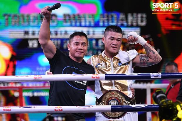 Xúc động khoảnh khắc Trương Đình Hoàng chính thức đeo lên người chiếc đai lịch sử, làm rạng danh boxing Việt tới toàn thế giới - Ảnh 1.