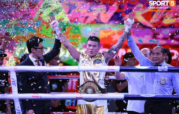 Xúc động khoảnh khắc Trương Đình Hoàng chính thức đeo lên người chiếc đai lịch sử, làm rạng danh boxing Việt tới toàn thế giới - Ảnh 2.