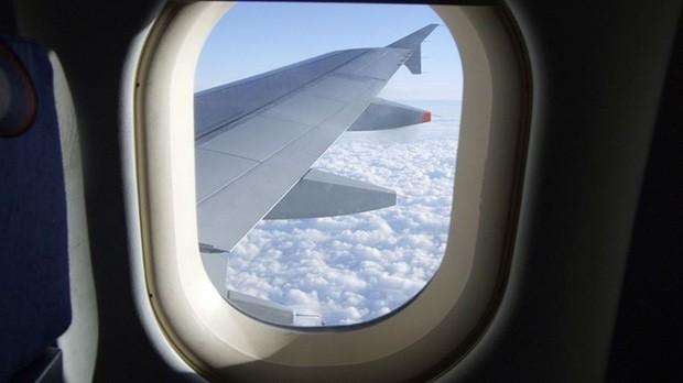 Bỏ túi ngay các mẹo giúp bạn sống sót trên chuyến bay dài, mẹo cuối cùng đảm bảo thành công trong mọi trường hợp - Ảnh 1.