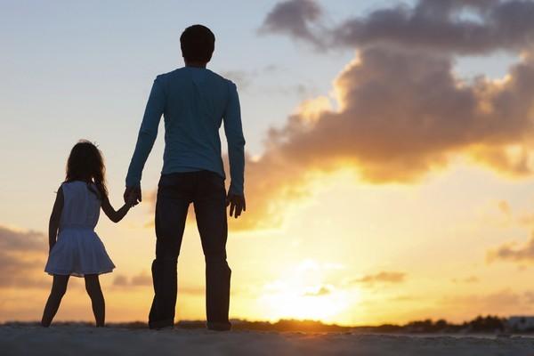 Bán thận cho con gái ăn học, cha chết lặng khi nhận món quà của con vào ngày tốt nghiệp - Ảnh 1.
