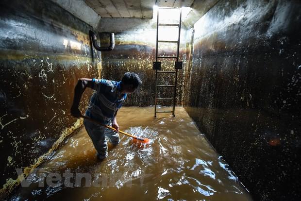Viwaco thau rửa bể chung cư phát hiện nước đen kịt nồng nặc mùi - Ảnh 12.