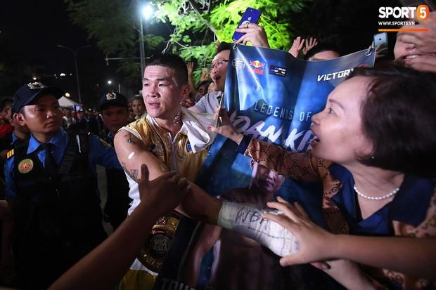 Xúc động khoảnh khắc Trương Đình Hoàng chính thức đeo lên người chiếc đai lịch sử, làm rạng danh boxing Việt tới toàn thế giới - Ảnh 4.