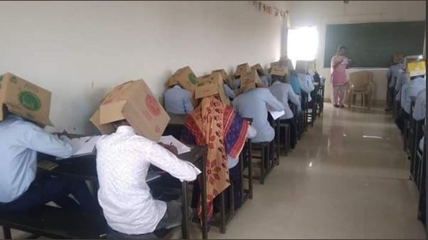 Ấn Độ: Chống gian lận thi cử, trường cao đẳng bắt học sinh đội thùng carton lên đầu để đảm bảo không còn cửa quay cóp - Ảnh 1.
