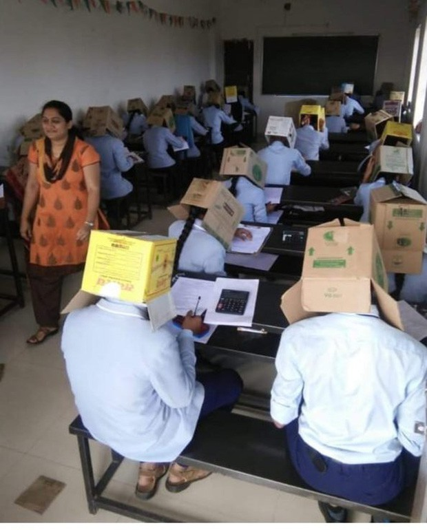 Ấn Độ: Chống gian lận thi cử, trường cao đẳng bắt học sinh đội thùng carton lên đầu để đảm bảo không còn cửa quay cóp - Ảnh 2.