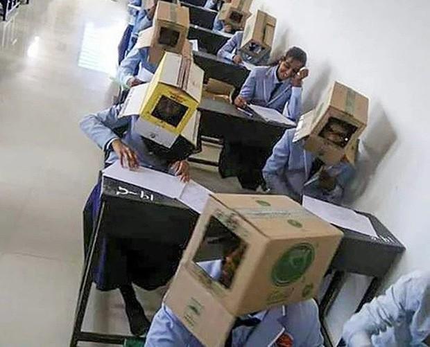 Ấn Độ: Chống gian lận thi cử, trường cao đẳng bắt học sinh đội thùng carton lên đầu để đảm bảo không còn cửa quay cóp - Ảnh 3.