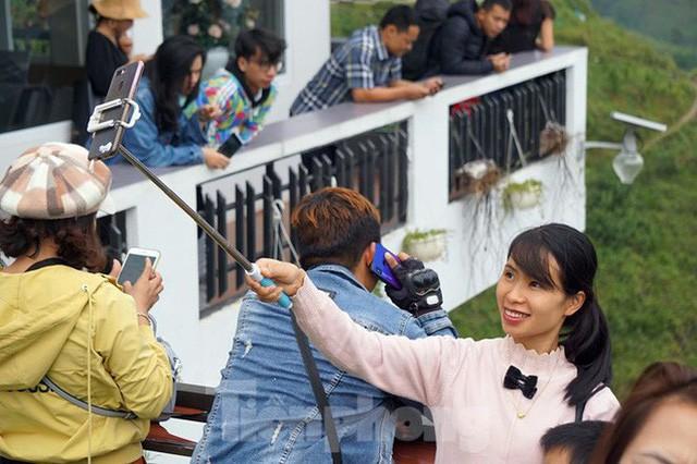 Hàng ngàn du khách check in ở Panorama Mã Pì Lèng giữa lúc đình chỉ hoạt động - Ảnh 7.