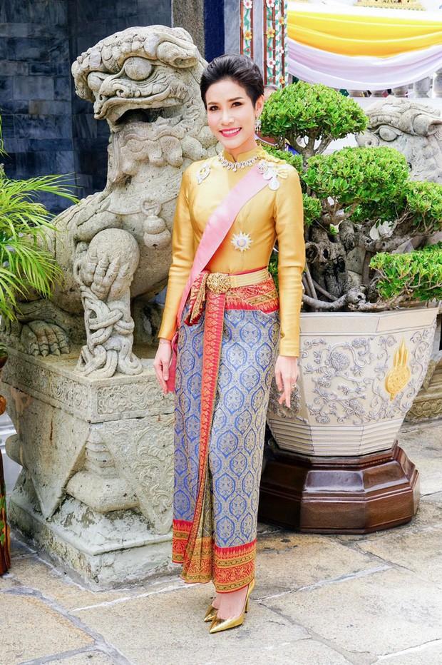 Bất trung với vua, chống lại Hoàng hậu, Hoàng quý phi Thái Lan bị phế truất chỉ sau 3 tháng được sắc phong - Ảnh 2.