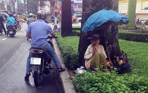 Người phụ nữ Sài Gòn một thời giàu có, 94 tuổi sống gầm cầu, bán vé số - Ảnh 1.