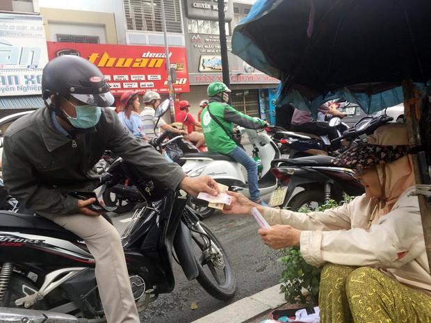 Người phụ nữ Sài Gòn một thời giàu có, 94 tuổi sống gầm cầu, bán vé số - Ảnh 2.