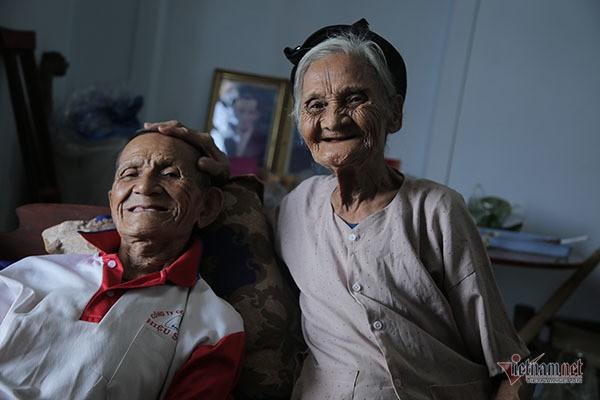 Ông bà 90 tuổi ở Hà Tĩnh xin thoát nghèo cho con cháu phấn khởi - Ảnh 1.