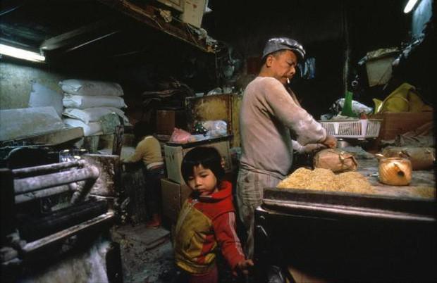 Cửu Long Thành Trại ở Hong Kong: Nơi đầy rẫy tội phạm, tệ nạn nhưng lại là mái ấm tình thương cho người già và trẻ em - Ảnh 11.