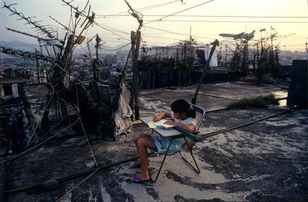 Cửu Long Thành Trại ở Hong Kong: Nơi đầy rẫy tội phạm, tệ nạn nhưng lại là mái ấm tình thương cho người già và trẻ em - Ảnh 16.