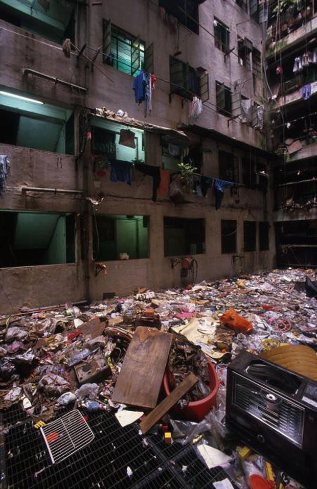 Cửu Long Thành Trại ở Hong Kong: Nơi đầy rẫy tội phạm, tệ nạn nhưng lại là mái ấm tình thương cho người già và trẻ em - Ảnh 4.