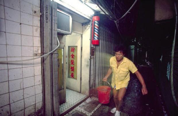 Cửu Long Thành Trại ở Hong Kong: Nơi đầy rẫy tội phạm, tệ nạn nhưng lại là mái ấm tình thương cho người già và trẻ em - Ảnh 6.