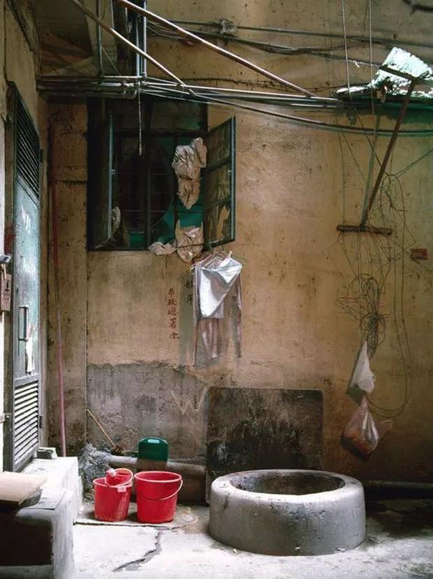 Cửu Long Thành Trại ở Hong Kong: Nơi đầy rẫy tội phạm, tệ nạn nhưng lại là mái ấm tình thương cho người già và trẻ em - Ảnh 8.