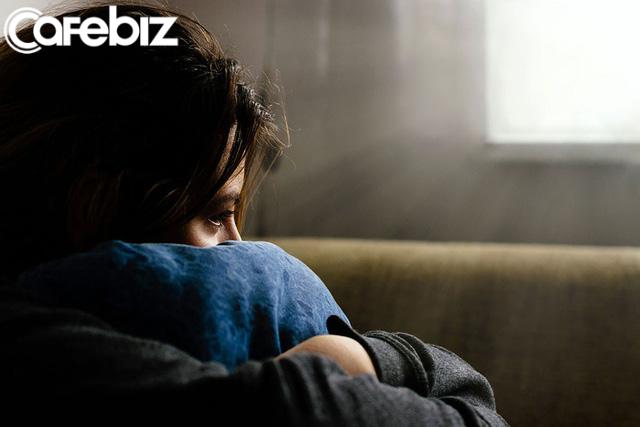 7 dấu hiệu chứng tỏ bạn đang cô đơn: Liên tục mất ngủ, thường xuyên lo lắng vô cớ và chỉ thích nhốt mình trên giường - Ảnh 1.