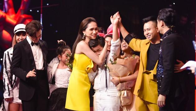 Nguyên Khang đọc nhầm kết quả Quán quân Giọng hát Việt nhí 2019: Hương Giang khóc nức nở, khán giả bức xúc - Ảnh 2.