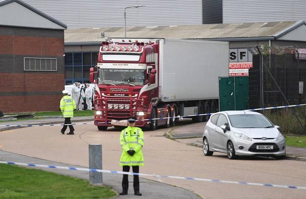 Ngoài container có 39 người tử vong, vẫn còn 2 xe tải khác chở người nhập cư trái phép đi cùng nhưng chưa rõ tung tích - Ảnh 1.