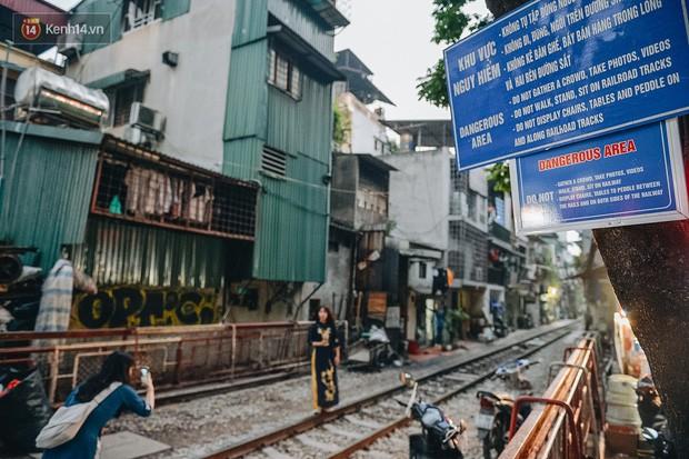 Hơn 2 tuần kể từ khi xóm cà phê đường tàu bị xóa sổ, hàng trăm du khách nước ngoài vẫn tìm đến xin được chụp ảnh - Ảnh 1.