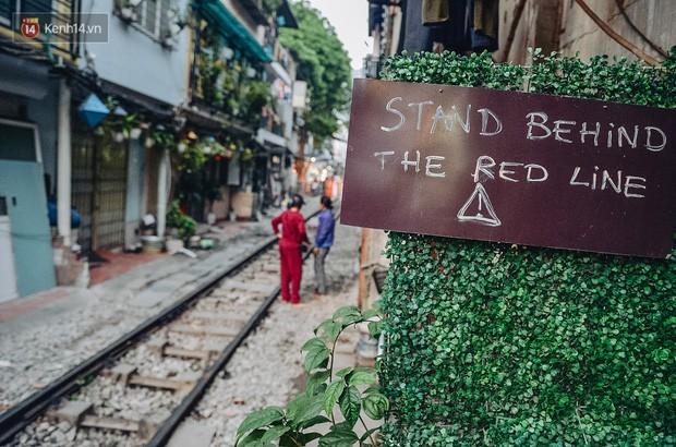 Hơn 2 tuần kể từ khi xóm cà phê đường tàu bị xóa sổ, hàng trăm du khách nước ngoài vẫn tìm đến xin được chụp ảnh - Ảnh 2.