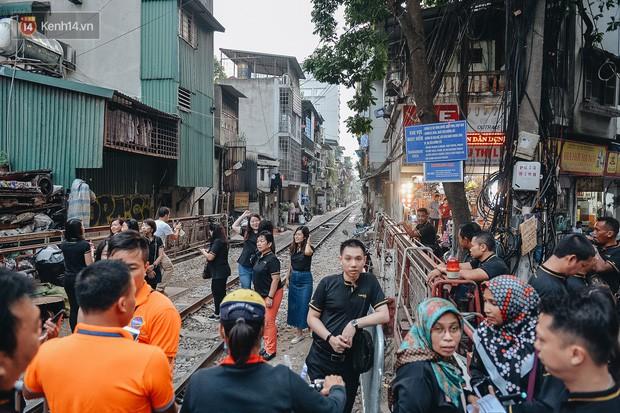 Hơn 2 tuần kể từ khi xóm cà phê đường tàu bị xóa sổ, hàng trăm du khách nước ngoài vẫn tìm đến xin được chụp ảnh - Ảnh 12.