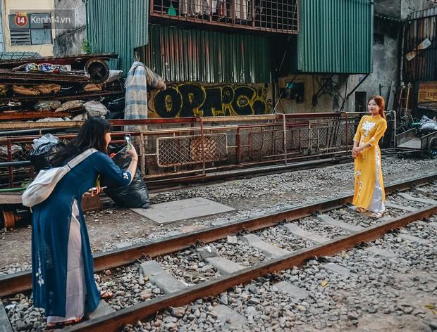 Hơn 2 tuần kể từ khi xóm cà phê đường tàu bị xóa sổ, hàng trăm du khách nước ngoài vẫn tìm đến xin được chụp ảnh - Ảnh 13.