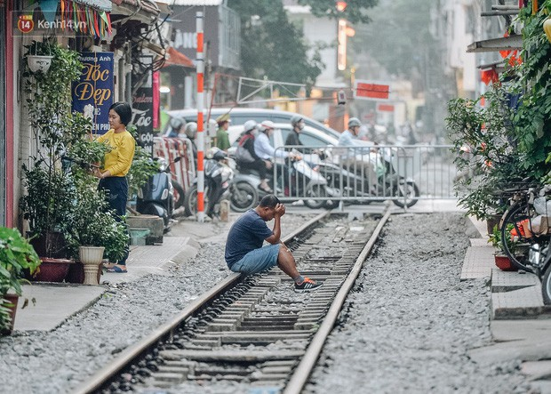 Hơn 2 tuần kể từ khi xóm cà phê đường tàu bị xóa sổ, hàng trăm du khách nước ngoài vẫn tìm đến xin được chụp ảnh - Ảnh 4.