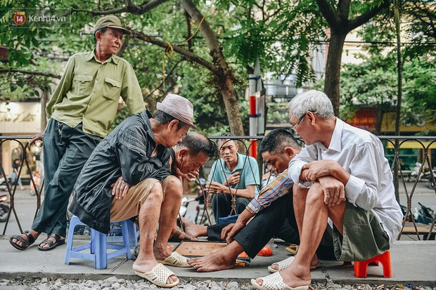Hơn 2 tuần kể từ khi xóm cà phê đường tàu bị xóa sổ, hàng trăm du khách nước ngoài vẫn tìm đến xin được chụp ảnh - Ảnh 5.