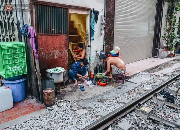 Hơn 2 tuần kể từ khi xóm cà phê đường tàu bị xóa sổ, hàng trăm du khách nước ngoài vẫn tìm đến xin được chụp ảnh - Ảnh 6.
