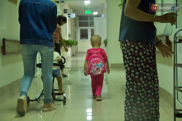 """Xót lòng bé gái ung thư 3 tuổi đeo cặp sách lon ton trong bệnh viện: """"Ngày nào nó cũng đòi đi học - Ảnh 6."""