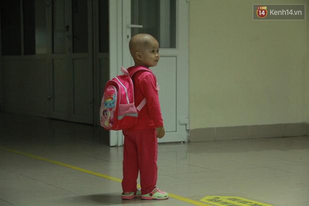 """Xót lòng bé gái ung thư 3 tuổi đeo cặp sách lon ton trong bệnh viện: """"Ngày nào nó cũng đòi đi học - Ảnh 7."""