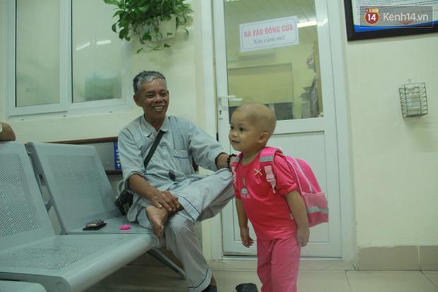 """Xót lòng bé gái ung thư 3 tuổi đeo cặp sách lon ton trong bệnh viện: """"Ngày nào nó cũng đòi đi học - Ảnh 8."""