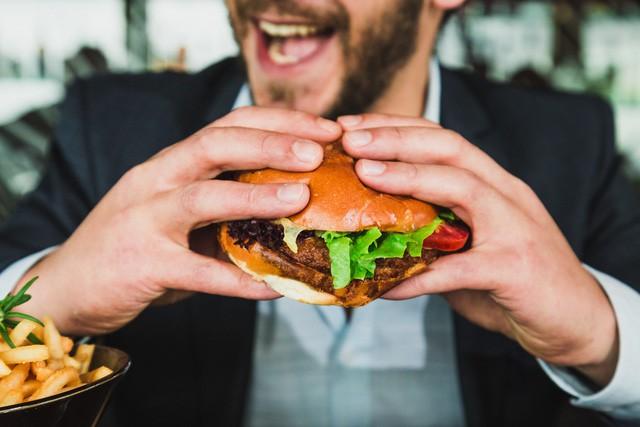 Tiết kiệm chút thời gian khi ăn nhanh, bạn đánh đổi bằng nguy cơ đau dạ dày và hàng loạt các bệnh nguy hiểm khác - Ảnh 1.