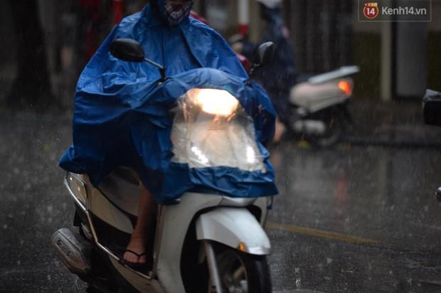 Chùm ảnh: Hà Nội đón cơn mưa rào sau nhiều ngày hanh khô, chỉ số chất lượng không khí được cải thiện - Ảnh 6.