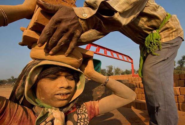 Người nghèo kiếm đâu tiền tỉ để trả cho việc trốn ra nước ngoài lao động trái phép? Đó là khi câu chuyện nô lệ thời hiện đại bắt đầu - Ảnh 3.