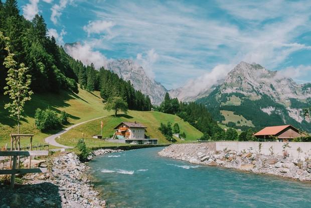 zurich - photo 2 1570153543772107550228 - Giữa lúc khắp nơi ô nhiễm như thế này, mời bạn xem ngay bộ ảnh du lịch xanh mướt ở Thụy Sĩ để xoa dịu tâm hồn nhé!