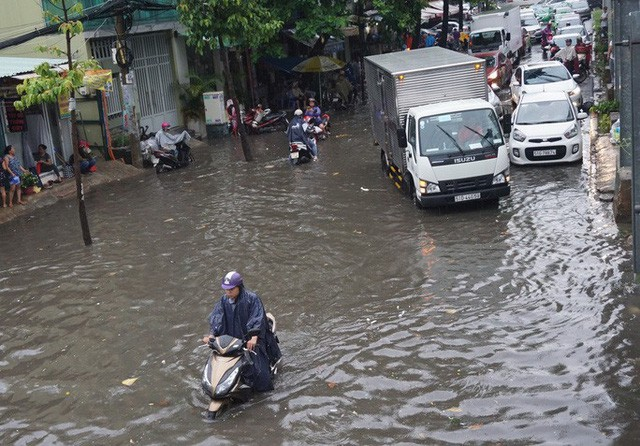 Bắt đầu giải cứu rốn ngập Nguyễn Hữu Cảnh - Ảnh 6.