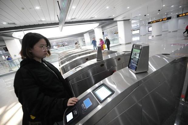 Người đi tàu điện ngầm ở Trung Quốc không cần dùng thẻ, chỉ đơn giản là lướt khuôn mặt là có thể đi vào ga - Ảnh 2.