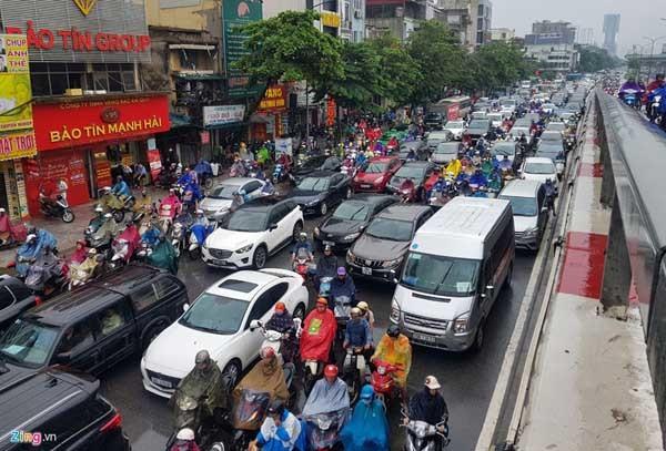 Hà Nội mưa, tắc triền miên từ sáng tới trưa - Ảnh 1.