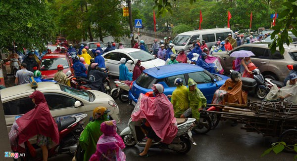 Hà Nội mưa, tắc triền miên từ sáng tới trưa - Ảnh 2.