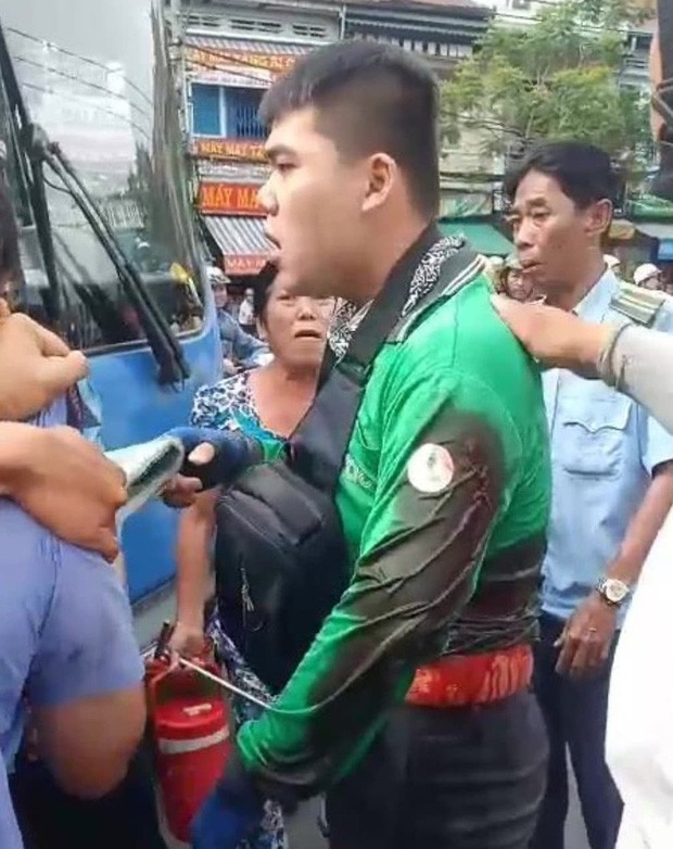 Va chạm giao thông, tài xế xe buýt dùng hung khí đâm bị thương tài xế GrabBike ở Sài Gòn - Ảnh 2.