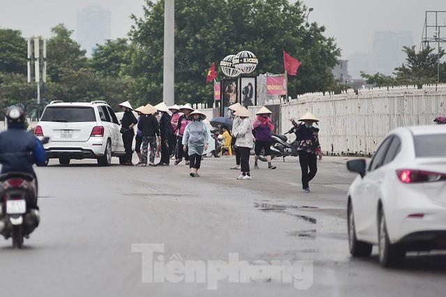 việt nam - malaysia - photo 1 1570542014921227372094 - Hai ngày trước trận Việt Nam – Malaysia: Sốt vé xình xịch giữa trời mưa