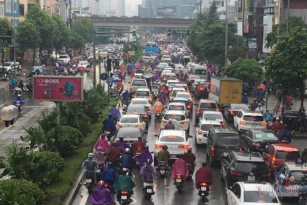 Hà Nội mưa, tắc triền miên từ sáng tới trưa - Ảnh 3.