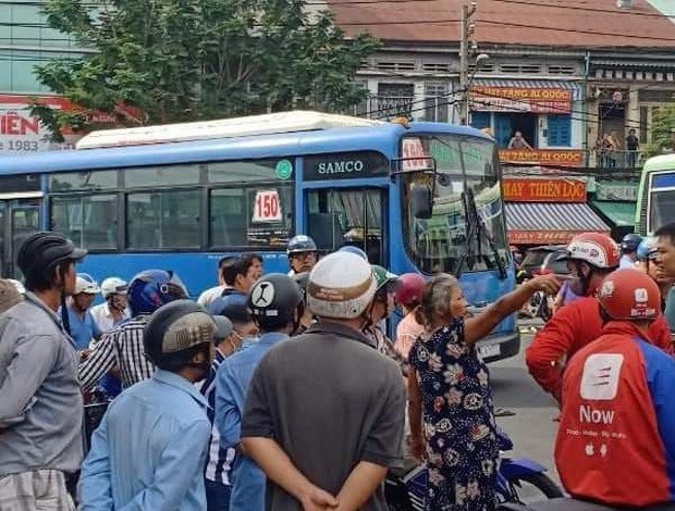 Va chạm giao thông, tài xế xe buýt dùng hung khí đâm bị thương tài xế GrabBike ở Sài Gòn - Ảnh 3.